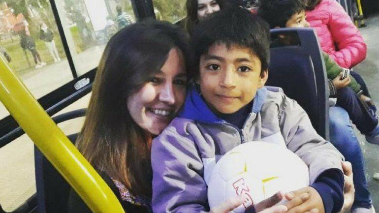Conoció a un nene en el colectivo y como se acercaba el cumpleaños, le organizó una fiesta sorpresa