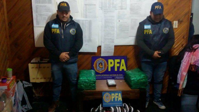 Enviaban cocaína y hojas de coca oculta en una encomienda en un colectivo