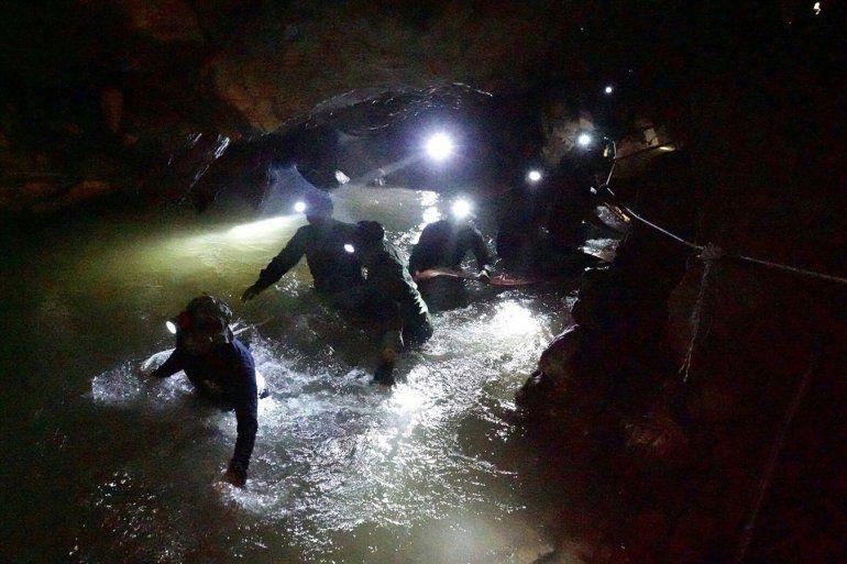 Murió un socorrista que llevaba oxígeno a los niños que están atrapados en la cueva