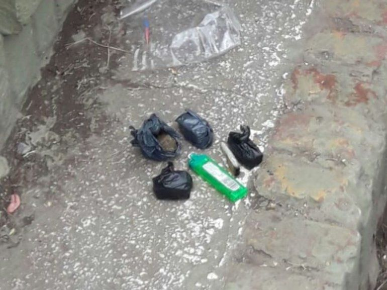 Demoran a tres jóvenes y le secuestran sustancia prohibida