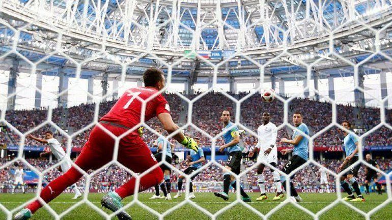 Francia le ganó a Uruguay 2 a 0 con goles de Varane y Griezmann y es semifinalista