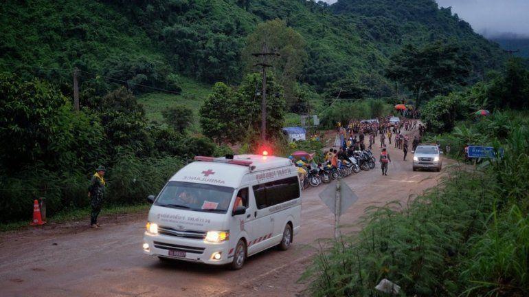 Tailandia: confirman que rescataron a 4 de los 12 chicos atrapados en una cueva y el operativo entra en una pausa