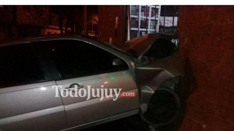 Un auto y una camioneta chocaron: el auto terminó contra una casa