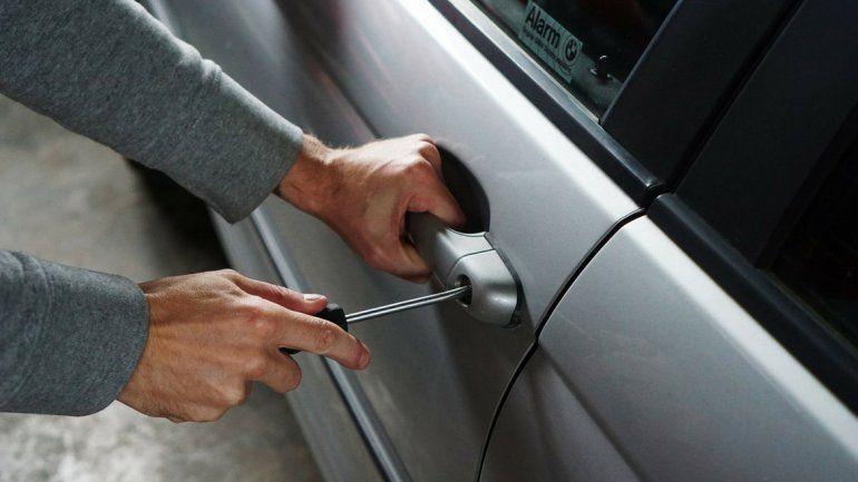 Con las manos en la masa: intentaba robar un auto en Luján y lo agarraron en pleno acto delictivo