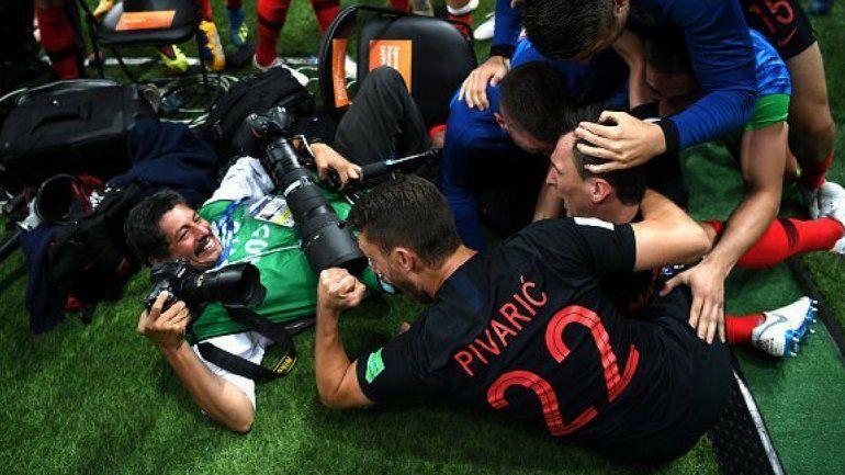 Locura croata: en el último gol, los jugadores celebraron con un fotógrafo