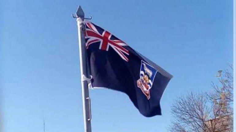 Izaron la bandera inglesa en un acto por el Día de la Independencia