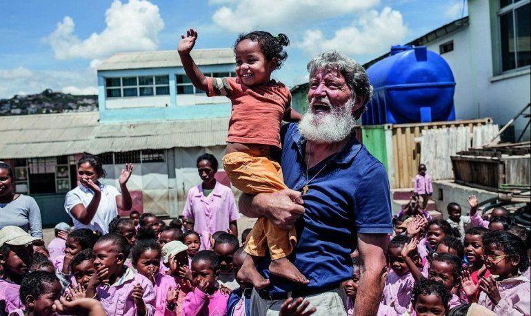 Llegó al país el cura argentino que lucha contra la pobreza en África