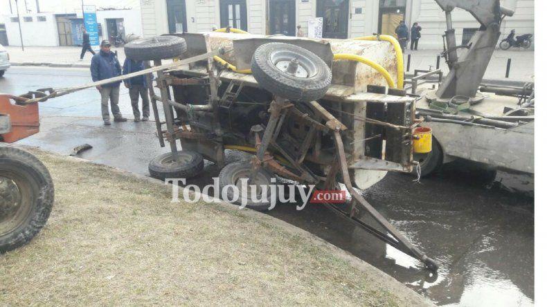 Un camión cisterna volcó en la plaza Urquiza y ocasionó demoras en el tránsito