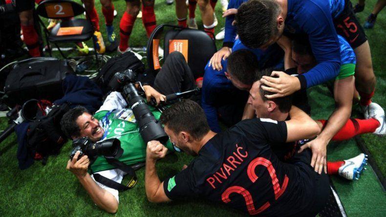 Croacia le regaló vacaciones pagas al fotógrafo aplastado en el gol de la semifinal