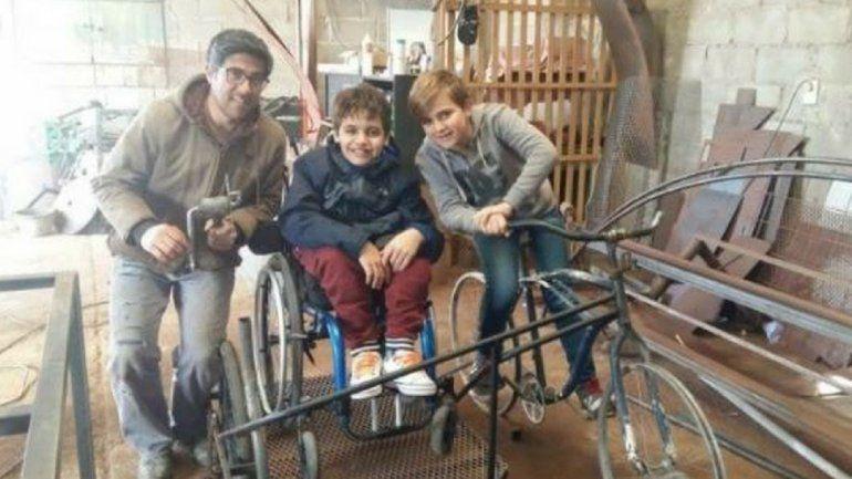 Nada como ir juntos a la par: soñaba con andar en bici junto a su amigo que está en silla de ruedas