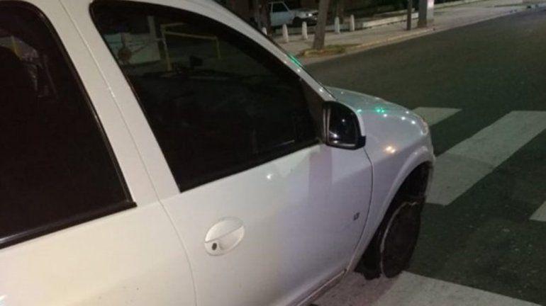 Increíble: conducía tan borracho que no se enteró que iba sin neumáticos
