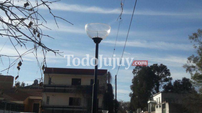 Indignante: vándalos destrozaron las lámparas de la plaza de Cuyaya