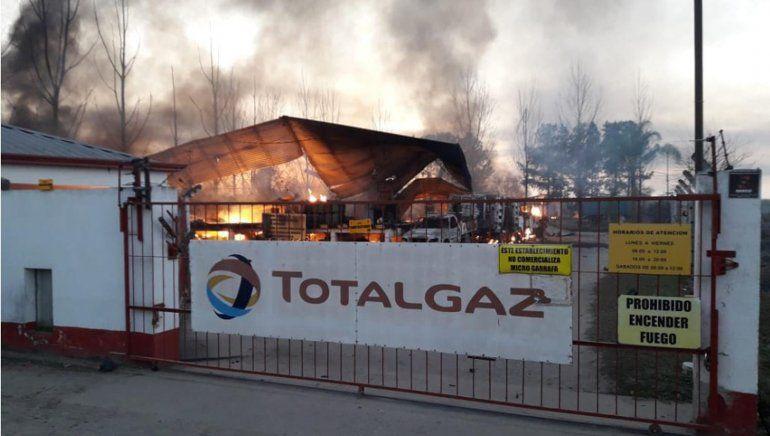 Destrucción total en una planta de gas por un incendio
