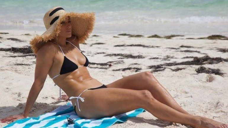 Jennifer López celebró sus 49: clavó pequeñísimo bikini y sorprendió a todos
