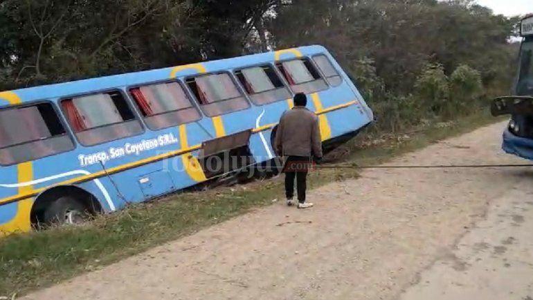Un colectivo transportaba 15 estudiantes, perdió el control y terminó en un canal
