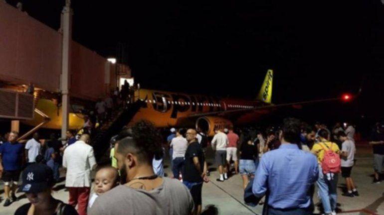 Increíble: un avión tuvo que aterrizar de emergencia por un fuerte olor a pata