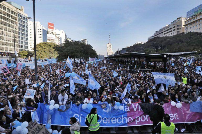 Multitudinaria marcha contra la legalización del aborto en la 9 de julio