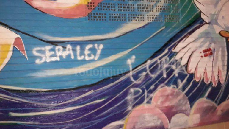 ¡Otra vez! Organizaciones a favor del aborto pintaron el mural del Colegio del Huerto