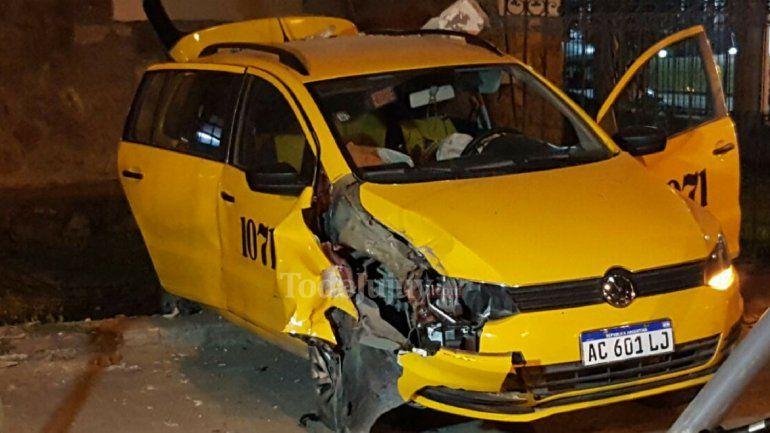 Accidente en pleno centro: un remis impactó contra el Hospital San Roque