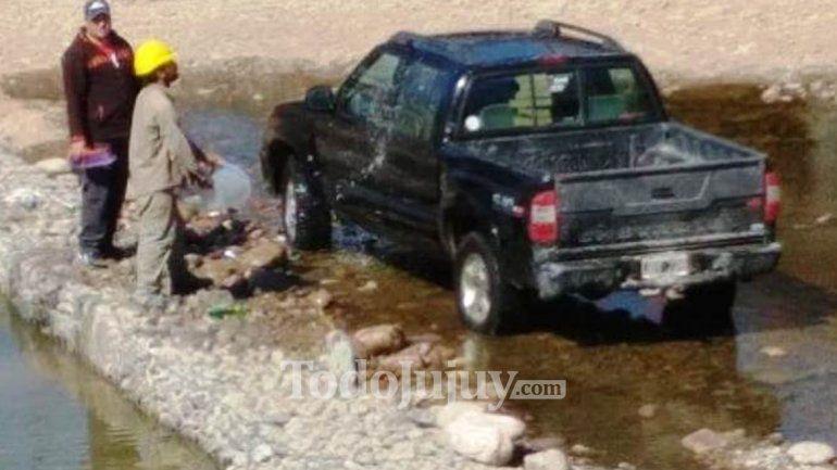 Jujuy da para todo: lavaron su camioneta en el Parque Xibi Xibi