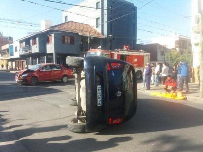 Choque y vuelco en un accidente de tránsito en el barrio Gorriti