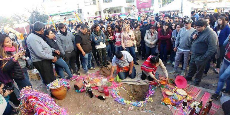 Estudiantes, artistas, y artesanos jujeños le dieron de comer a la Pacha