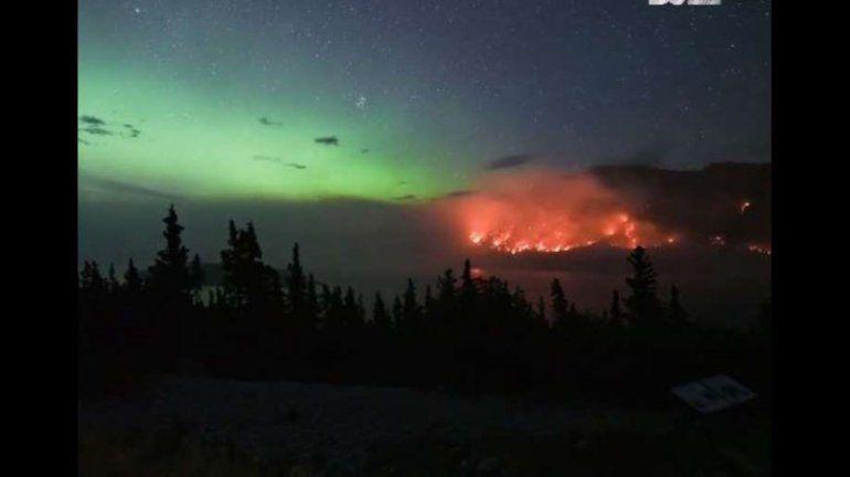 Espectáculo doble: el timelapse de una aurora boreal y un incendio en Canadá