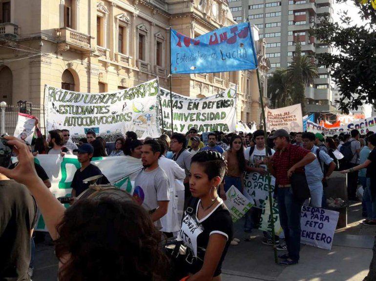 Estudiantes de todo el país marchan a favor de la educación pública