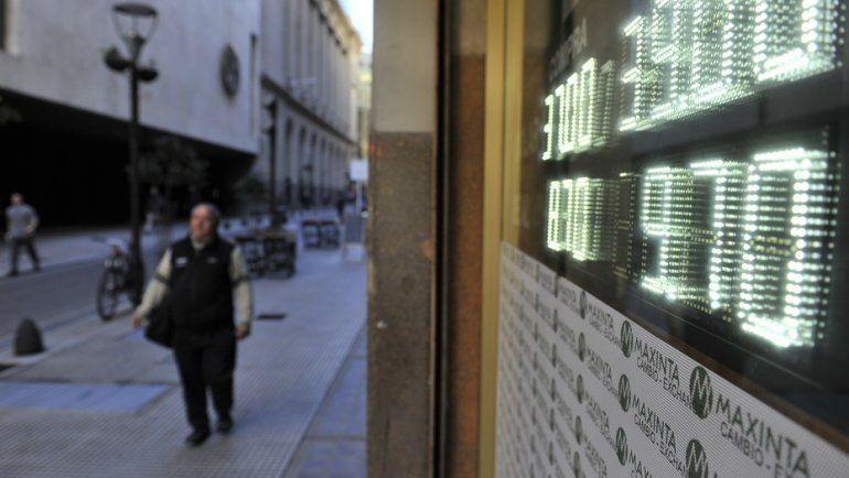 El dólar vuelve a arrancar en alza y en algunos bancos se consigue a $40