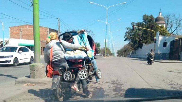 Indignante: Viajan en moto con un cochecito y un bebé adentro