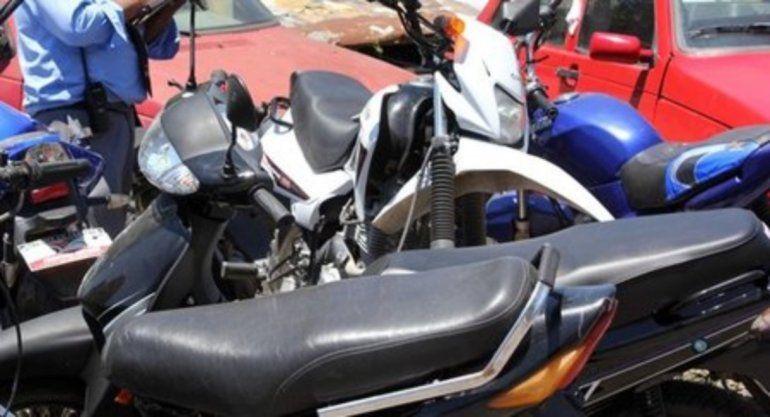 Indignante: dejaron un cachorrito encerrado debajo del asiento de una moto