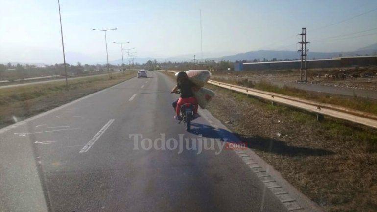 Inconsciencia en las rutas: En moto por la autopista y cargadísimos