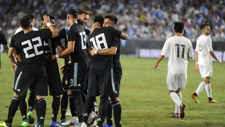 En el primer amistoso post Mundial, Argentina goleó a Guatemala con un equipo renovado