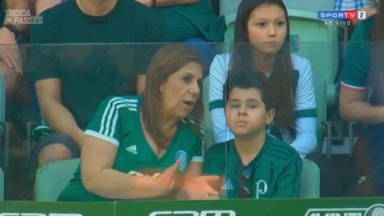 Pasión sin límites: una mamá le relata el partido de fútbol a su hijo no vidente