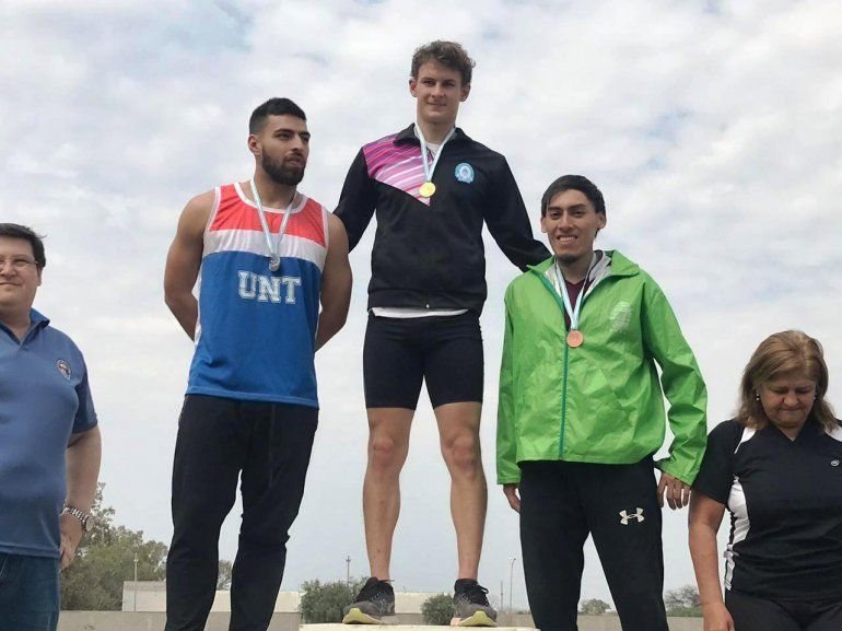 Kevin Rivas logró tres medallas de oro y clasificó al nacional