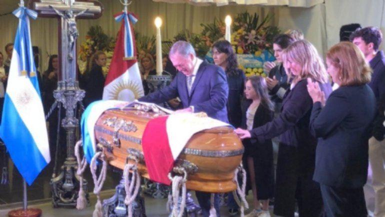 Emoción y aplausos en la despedida de De la Sota: el entierro será a las 11:30