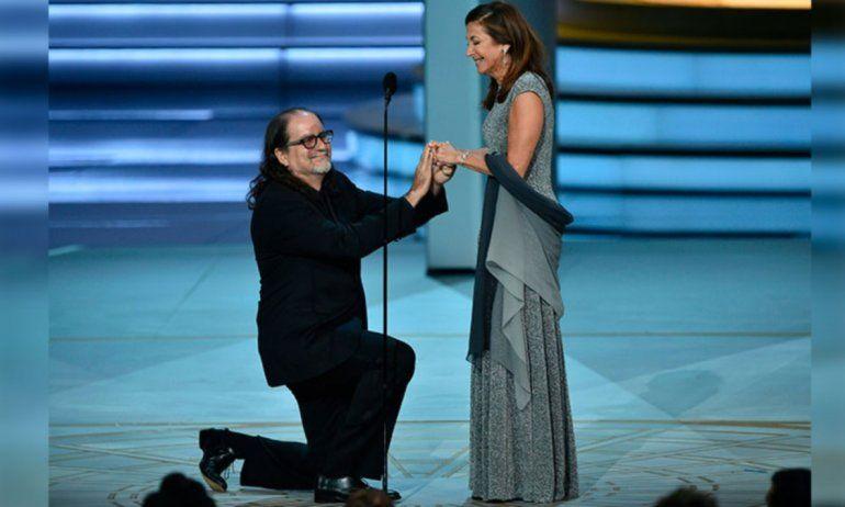 Ganó un premio Emmy, se lo dedicó a su novia y le propuso matrimonio frente a todo el mundo