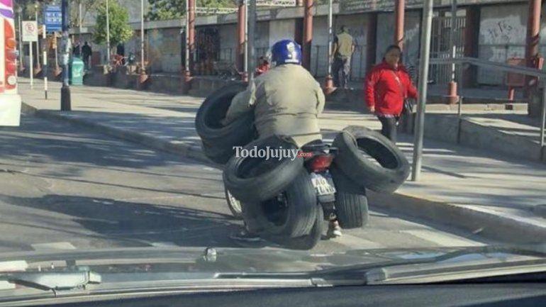 Otra vez la inconsciencia al volante: maneja una moto cargando 6 neumáticos