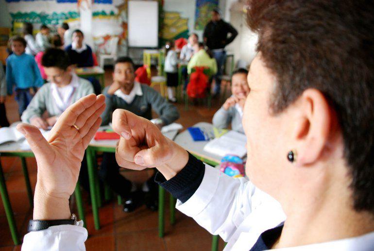 Inclusión: aprenden lenguaje de señas para comunicarse con sus compañeros con discapacidad auditiva