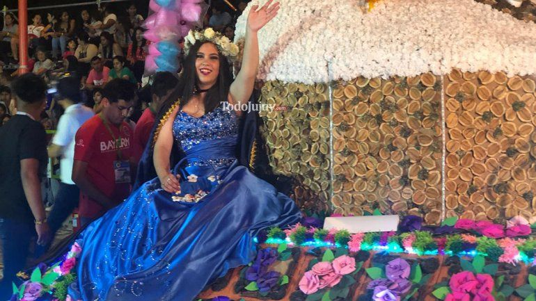 Oriana, la dama de honor con autismo dijo presente en el desfile de carrozas