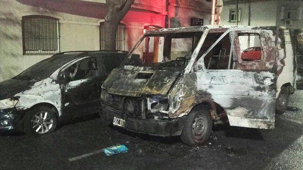 Una camioneta se incendió por un desperfecto eléctrico y quemó el auto de Axel Kicillof