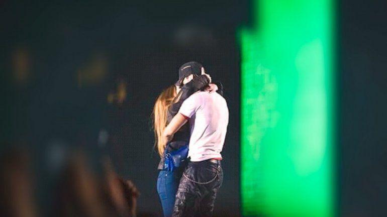 Enrique Iglesias estuvo a los besos con una fanática durante un show en Ucrania