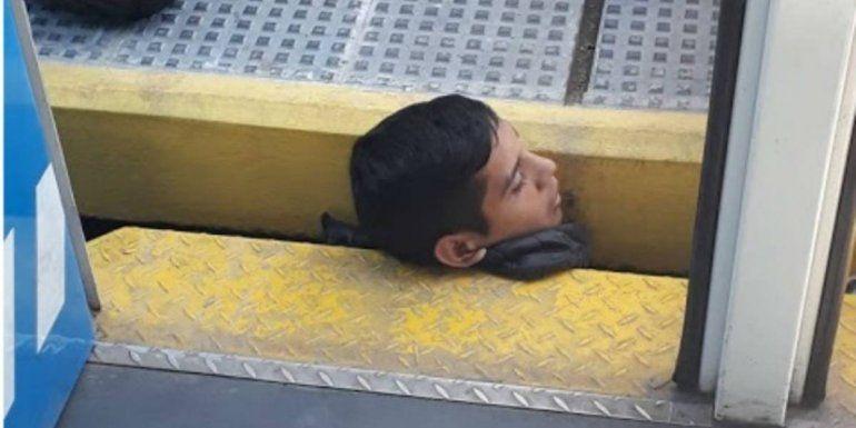 Dramático rescate a un joven que quedó atrapado en las vías del tren