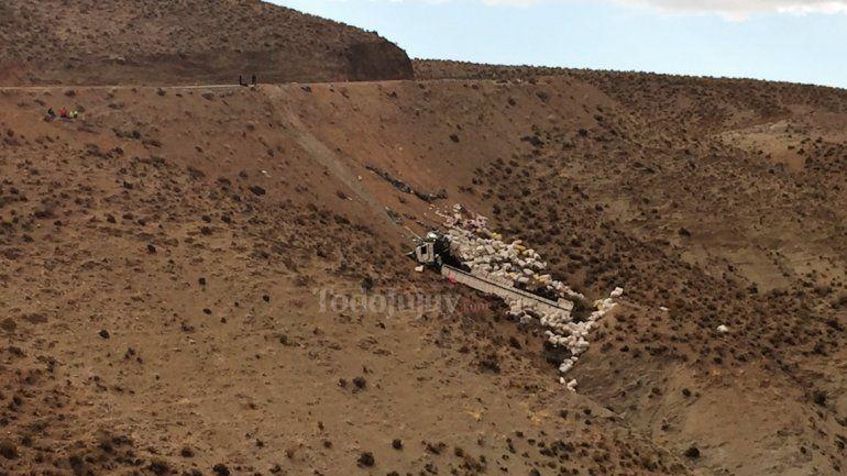 Accidente en Ruta 52, derrapó un camión y el conductor paraguayo se salvó de milagro