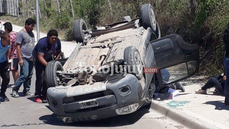 Accidente de lunes: un auto volcó en Alto Comedero y hubo cuatro heridos