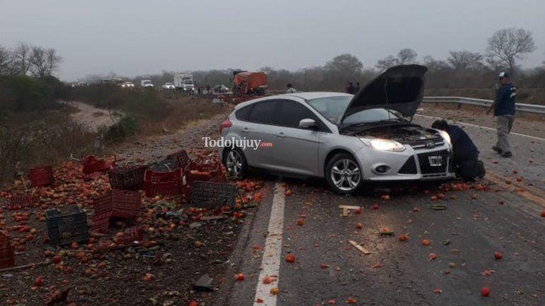 Un enorme camión de tomates chocó contra un colectivo de larga distancia en la Ruta 34