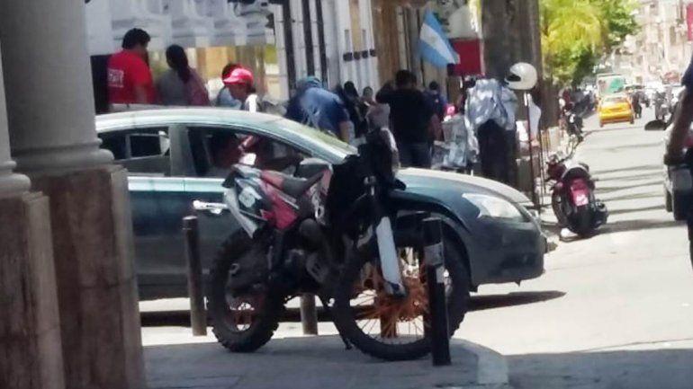 Centro capitalino: jujeños siguen estacionando en cualquier lado