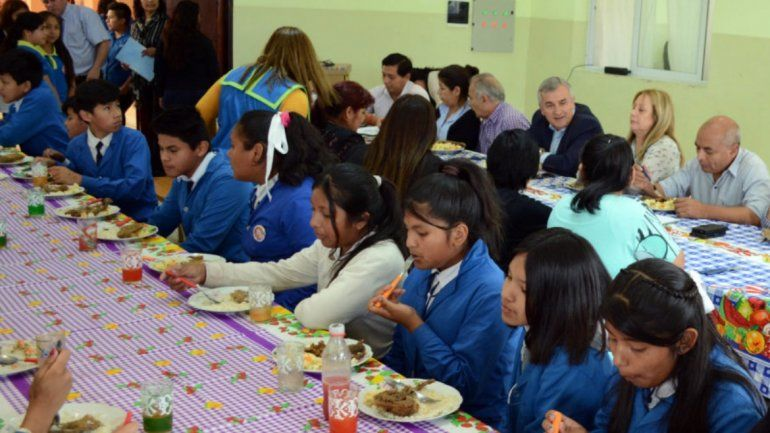 El Gobernador Morales visitó y almorzó con los estudiantes de la Bartolina Sisa