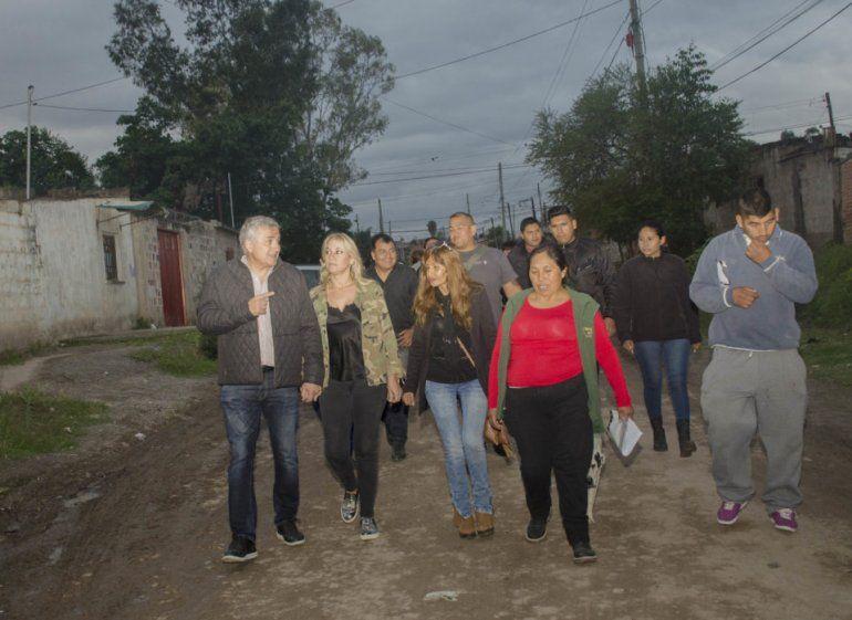 El gobernador recorrió barrios de la ciudad dialogando con los vecinos