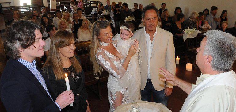 El polémico look de Gisela Berger en el bautismo de su hija con Daniel Scioli